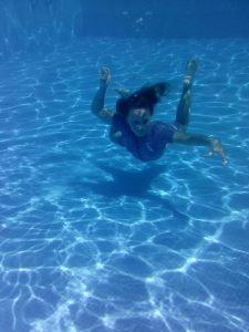 Merenäkk-tütar basseinis hõljumas